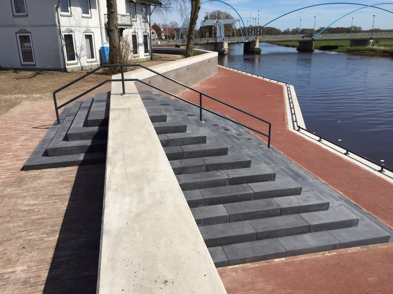 Trap langs oever van de vecht bij dalfsen du mont beton - Ontwerp betonnen trap ...