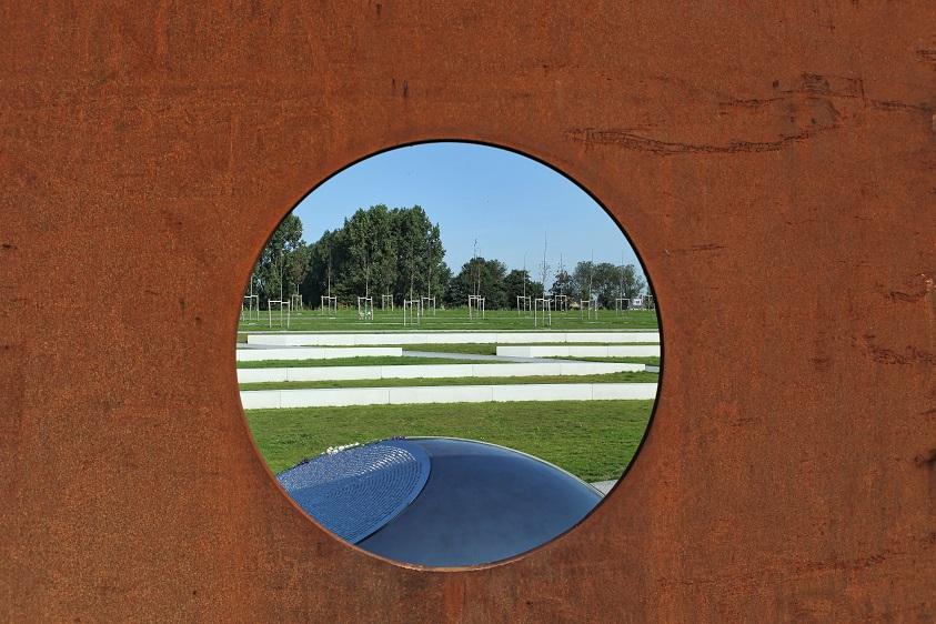 MH17 monument amphitheater door het 'oog'