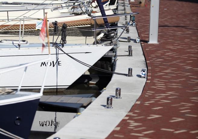 Kade van de haven jachthaven van Steenbergen voorzien van hangschorten
